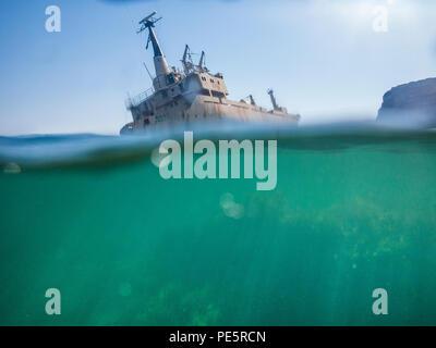 Ein verlassenes Schiffswrack auf Felsen in Zypern - Stockfoto