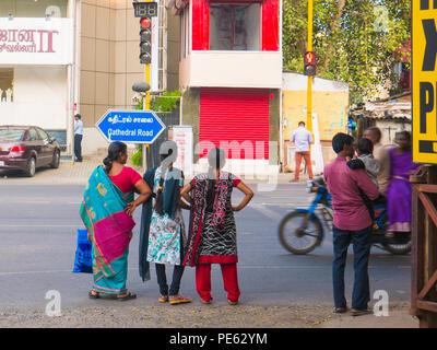 Chennai, Indien - Januar 2018: Die Menschen warten auf eine Straße auf einer belebten Straße überqueren - Stockfoto