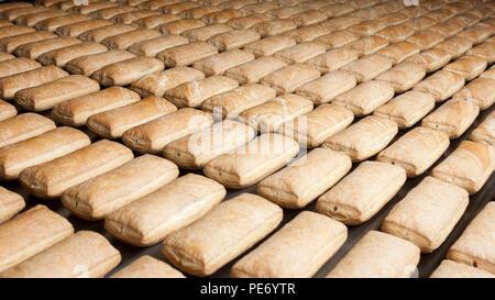Gebackene kuchen Gruppe auf der Produktionslinie. - Stockfoto