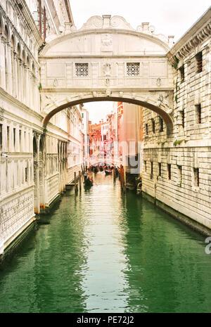 Venedig, Italien, Jun 8, 2018: Blick auf die Seufzerbrücke mit Gondolieri Touristen tragen in ihren Gondeln in Venedig, Italien bei Sonnenuntergang - Stockfoto