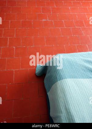 abstrakte schlafzimmer in hellen warmen farben gro es bequemes doppelbett im eleganten. Black Bedroom Furniture Sets. Home Design Ideas