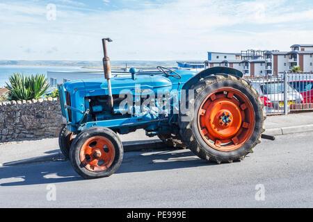 """Alte blaue Fordson Major Traktor mit roten Räder in """"Westward Ho!, Devon, Großbritannien"""