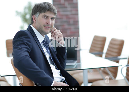 Nachdenklich Geschäftsmann im Büro Schreibtisch im Büro - Stockfoto