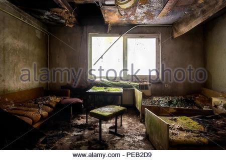 Schlafzimmer oder Bett in einem verlassenen Haus. - Stockfoto