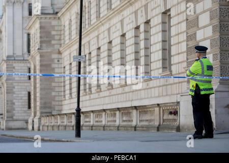 London, Großbritannien, 14. August 2018: Das Auswärtige Amt in King Charles Street, Westminster blockiert ist ein Lockdown mit umfangreichen Absperrungen und die Schließung von vielen Straßen nach dem, was die Polizei anrufen einer terroristischen Vorfall, bei dem ein Auto war in Sicherheit Sperren außerhalb des Parlaments in London stürzte, am 14. August 2018 in London, England. Foto von Richard Baker/Alamy Leben Nachrichten. - Stockfoto