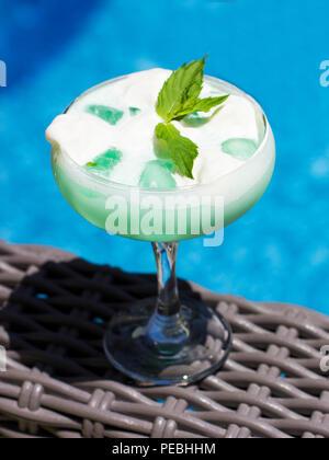 Blue Cocktail in einem Topf-bellied Glas mit Eis und grüne Minze - Stockfoto