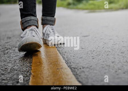 Frauen gehen auf die Straße am Morgen - Stockfoto