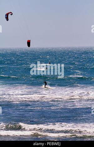 Gruppe von Kitesyrfers auf dem Ozean, Big Sur, Kalifornien - Stockfoto