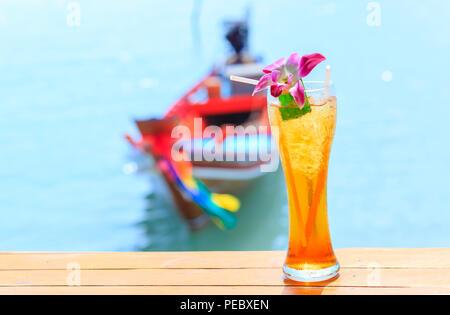 Glas Eistee auf tropischen Hintergrund - Stockfoto