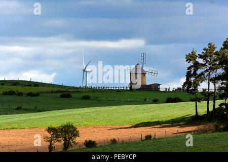 Mühle und Windkraftanlagen in der Mitte der Felder im Sommer, Allier Windfarm, Haute Loire, Auvergne, Frankreich, Europa - Stockfoto
