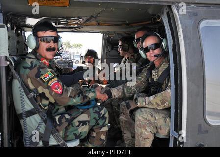 KANDAHAR, Afghanistan (Aug. 4, 2015) Afghan National Army 205th Corps Commander Brig. Gen. Dawood Shah Wafadar, Links, und Zug, Beraten und Unterstützen den Befehl - Süd Befehlshaber der US-Army Brig. Gen. Paul Bontrager schütteln sich die Hände, bevor Sie eine Antenne Schlachtfeld Einarbeitung Flug der Schlüssel Gelände im Süden Afghanistans Situationsbewusstsein zu gewinnen und gemeinsames Verständnis der Gegend. Die ANA ist verantwortlich für die Sicherheit in der Region und arbeitet eng mit der koalitionspartner von Taac-S als Teil der NATO-geführten der entschlossenen Unterstützung der Mission. (Us-Militär Foto von Oberstleutnant Bill Copppernoll, entschlossene Unterstützung - Stockfoto