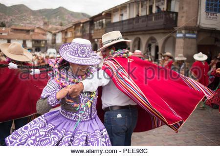 Männer und Frauen aus den Regionen in der Nähe von Cusco tragen Kleider und Ponchos, singen und spielen Instrumente, die auf eine jährliche Karneval Feier der Ernte und Fruchtbarkeit in der Plaza de Armas in Cusco. - Stockfoto