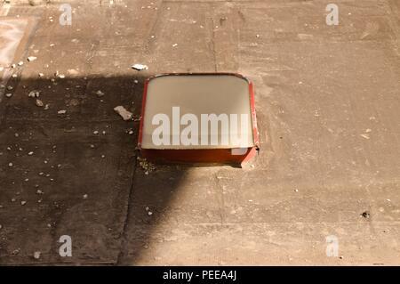 Isolierten roten Fenster auf dem Dach eines verlassenen Gebäudes (Pesaro, Italien, Europa) - Stockfoto