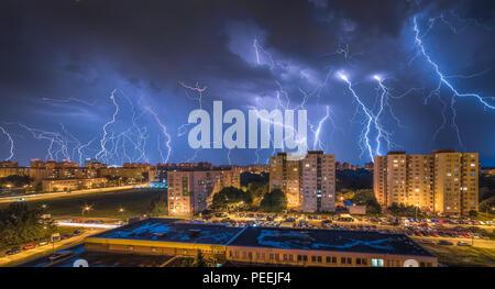 Viele Blitze über dem Gehäuse. Night Storm in der Stadt.