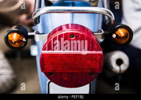 Close up Rücklicht auf alten dirty Vintage Motorcycle - Stockfoto