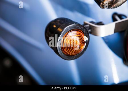 Close up Rücklicht auf alten schmutzigen retro Motorrad - Stockfoto