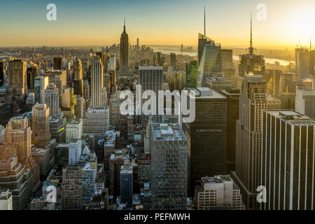 Foto in New York USA übernommen, August 2017: New York Skyline Skyline Manhattan Empire State Building von der Spitze des Felsens Sonnenuntergang - Stockfoto