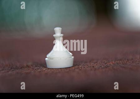 Makro Schachfigur - Bauer mit defokussiertem Hintergrund. - Stockfoto