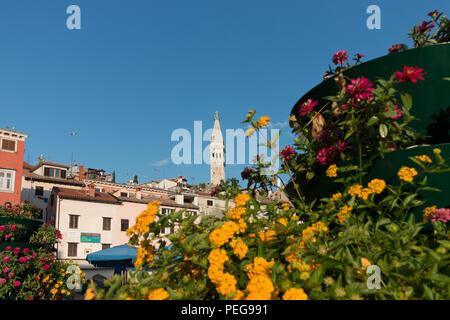 Rovinj, Kroatien - 24. Juli 2018: Blick auf die Kathedrale von der Hafenstadt Rovinj, Kroatien. - Stockfoto