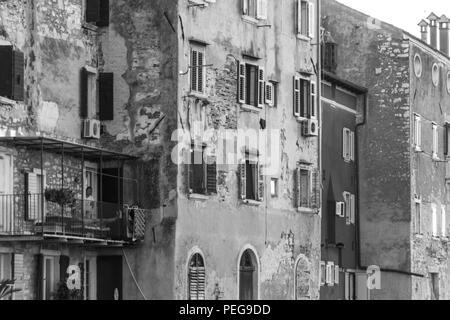 Rovinj, Kroatien - 24. Juli 2018: Blick auf die alten Häuser der Altstadt von Rovinj direkt am Meer, Kroatien. - Stockfoto