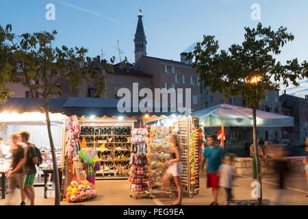 Rovinj, Kroatien - 24 Juli, 2018: Blick auf den Nachtmarkt von Rovinj, Kroatien. - Stockfoto