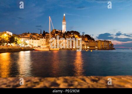 Rovinj, Kroatien - 24. Juli 2018: Nacht Aussicht auf die Altstadt von Rovinj, Kroatien. - Stockfoto