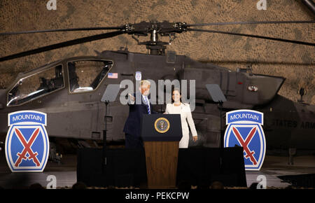 Us-Präsident Donald Trump stellt Kongressabgeordnete Elise Stefanik an Soldaten aus dem 10 Mountain Division von vor ein Apache Kampfhubschrauber bei einem Besuch der John McCain National Defense Authorization Act, den 13. August in Fort Drum, New York 2018 zu unterzeichnen. - Stockfoto