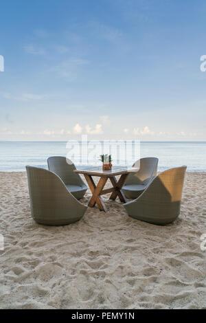 Liegestühle am Strand Restaurant auf Summer Island in Phuket, Thailand. Sommer, Reisen, Ferien und Urlaub. - Stockfoto