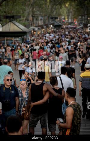 Barcelona, Spanien. 16. August 2018. Menschen gehen Las Ramblas von Barcelona einen Tag vor dem Jahrestag der Terroranschläge im letzten Jahr die 16 Menschen getötet und verletzt mehr als 120 Wenn zwei Fahrzeuge in die Massen gestuerzt. Credit: Jordi Boixareu/Alamy leben Nachrichten - Stockfoto