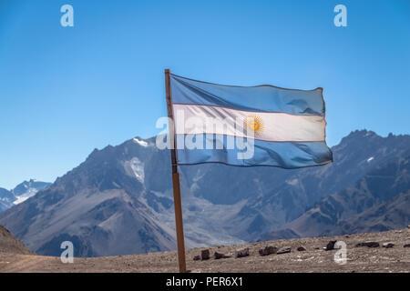 Argentinien Fahne mit Cerro Tolosa Berg auf Hintergrund in der Cordillera de Los Andes - Provinz Mendoza, Argentinien - Stockfoto