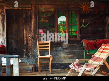 Interieur und Exterieur eines alten Holzhaus, Teil des traditionellen Haus in Serbien. - Stockfoto