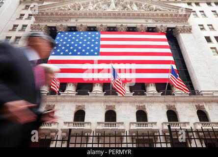 USA, New York City, Manhattan, Downtown Finanzviertel - Wall Street und die US-Flagge Stockfoto