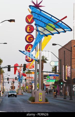 Vereinigte Staaten von Amerika, Nevada, Las Vegas, Downtown, Freemont Bereich Ost, Neon Vegas Zeichen, Dämmerung Stockfoto