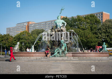 Berlin, Deutschland - August 2018: Touristische paar Bild bei Neptunbrunnen (Neptunbrunnen) am Alexanderplatz in Berlin, Deutschland - Stockfoto