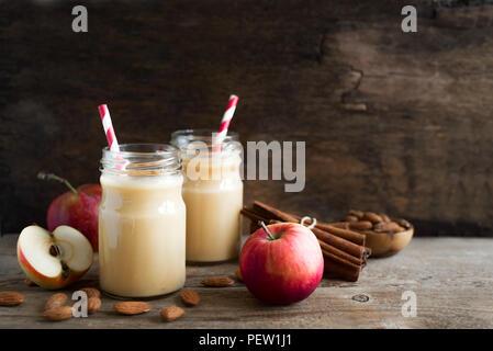 Apple Pie smoothie Protein Drink mit Mandelmilch. Hausgemachte apple Smoothie mit Apfelkuchen Gewürze (Zimt) auf Holz- Hintergrund, kopieren. - Stockfoto