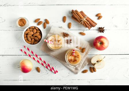Apple Pie smoothie Protein Drink mit Mandelmilch. Hausgemachte apple Smoothie mit Apfelkuchen Gewürze (Zimt) auf weißem Hintergrund Holz, kopieren. - Stockfoto
