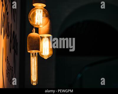 Verschiedene Arten von Vintage leuchtenden Glühbirnen auf Schwarz. Edison Lampen - Stockfoto