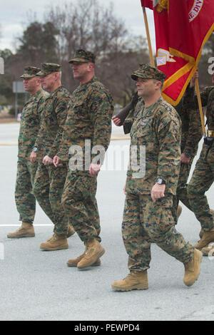 Us Marine Corps Generalmajor Brian D. Beaudreault, Mitte links, Kommandierender General, 2nd Marine Division (2D MARDIV), und Senior Leadership salute während der 2D-MARDIV Parade in Jacksonville, N.C., Feb 6, 2016. Die Parade wurde statt der 2d 75 MARDIV Jubiläum zu feiern und Marines aus Vergangenheit und Gegenwart, die in der Einheit gedient haben, zu ehren. (U.S. Marine Corps Foto von Lance Cpl. Abraham Lopez, 2D MARDIV bekämpfen Kamera/Freigegeben) - Stockfoto