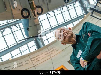 """Pensionierte US Marine Corps Maj. Jack Elliott stellt mit einem SBD-3 (Scout Bomber Douglas) Dauntless nach dem Flugzeug wurde am nationalen Museum der Marine Corps (Nmmc), Dreieck, Va., Nov. 9, 2016 installiert. Elliott, 92, ein Dozent an der NMMC seit 2006, bezieht sich liebevoll zu sich selbst als die """"älteste lebende Artefakt' im Museum, und war ein Aviation ordnance Marine auf Flugzeuge wie dieses SBD während auf den aktiven Dienst während des Zweiten Weltkrieges. (Offizielle United States Marine Corps Foto von Kathy Reesey/Freigegeben) - Stockfoto"""