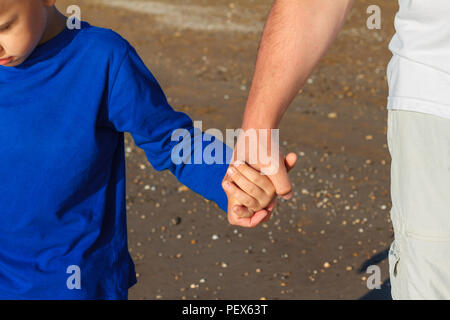 Hand in Hand Papa führt Sohn close-up - Stockfoto