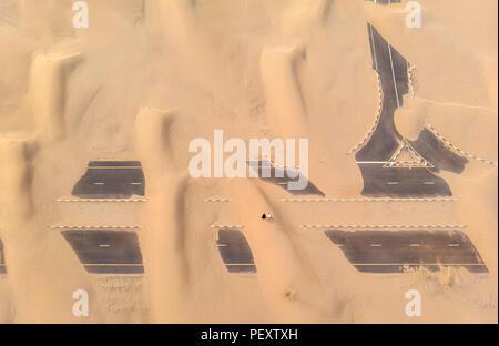 Sand bedeckt Straße ina Wüste in der Nähe von Dubai - Stockfoto