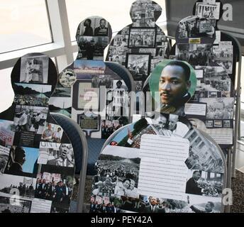 Die Emotion durch Kunst, ein interaktives Display am Naval Hospital Bremerton Quarterdeck durch Krankenhaus Corpsman 2. Klasse ViJorge Potal, stellt Rosa Parks und ihre Weigerung, sich in den hinteren Teil des Busses zu bewegen. Jeder Stuhl wird durch eine Silhouette belegt, und innerhalb jeder Silhouette ist eine Collage von wichtigen Ereignissen, die den Lauf der Geschichte während der Bürgerrechtsbewegung ändern. Ein Viewer können teilnehmen und haben einen Sitz in den unbesetzten Stuhl. Der einfache Akt der Teilnehmenden simuliert Parks, als sie ablehnte, 1955 zu verschieben. Der Betrachter wird dann gebeten, Ihre unmittelbare Umgebung zu beobachten, ein - Stockfoto
