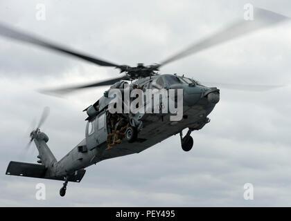"""Ostküste OKINAWA (Feb. 15, 2016) - einem MH-60S Seahawk, zugeordnet zu der """"Insel der Ritter"""" Hubschrauber Meer Combat Squadron (HSC) 25, bereitet sich auf die Landung auf dem Flugdeck der Amphibischen dock Landung Schiff USS Germantown (LSD 42). Germantown ist an die Bonhomme Richard Amphibious Ready Group (ARG) zugeordnet und beteiligt sich an der amphibischen Integration Training (AIT) und eine Zertifizierung (certex) mit dem begonnen 31 Marine Expeditionary Unit (MEU). (U.S. Marine Foto von Mass Communication Specialist 3. Klasse James Vazquez/Freigegeben) - Stockfoto"""