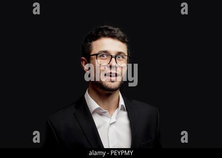 Aufgeregt Student in Gläser nach den Examen. Gerne stilvolle Mann mit offenen Mund - Stockfoto