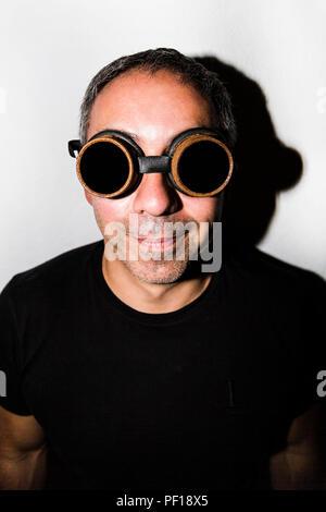 Mann in Steampunk glasseses auf weißem Hintergrund - Stockfoto