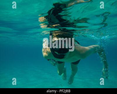 Ein Modell veröffentlicht Bild eines jungen Schnorcheln im klaren Wasser der Blauen Lagune in Zypern - Stockfoto