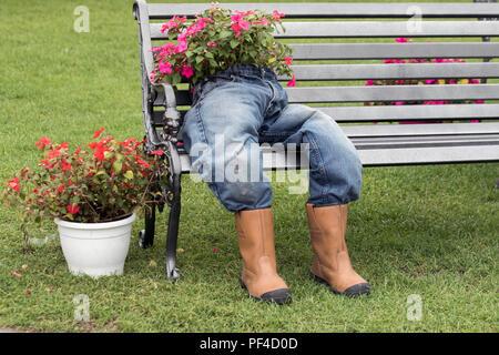 Parkbank mit ausgestopften Stroh Abbildung in Jeans, Gartencenter Töpfe, Topfpflanzen und abgetrennte Torso, Southport Flower Show 2018. Großbritannien - Stockfoto