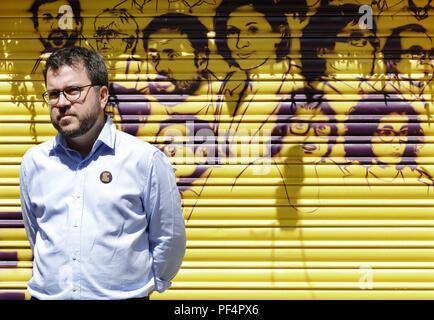 Barcelona, Spanien. 19 Aug, 2018. Katalanische regionale Stellvertretender Präsident Pere Aragones stellt neben einem Graffiti anzeigen Katalanischen pro Unabhängigkeit Führer während einer politischen Veranstaltung in der Innenstadt von Barcelona, Katalonien, im Nordosten Spaniens, 19. August 2018. Credit: Andreu Dalmau/EFE/Alamy leben Nachrichten - Stockfoto