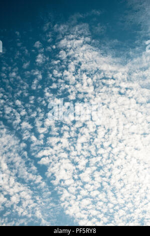 Wolkenbildung gegen blauen Himmel - Stockfoto