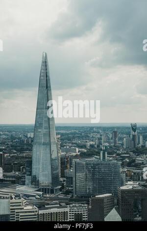 London, Großbritannien - 24 Juli 2018: Luftaufnahme der Londoner Skyline und den Shard, das höchste Gebäude der Stadt. - Stockfoto